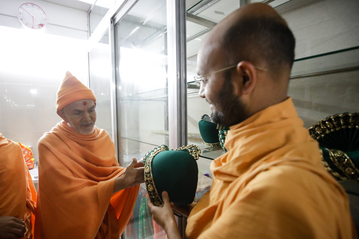 Swamishri observes paagh of Thakorji