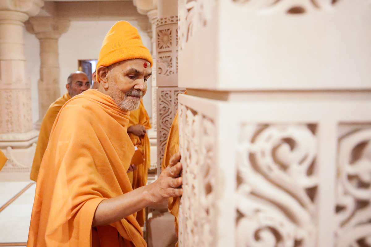 Swamishri observes pillar carvings