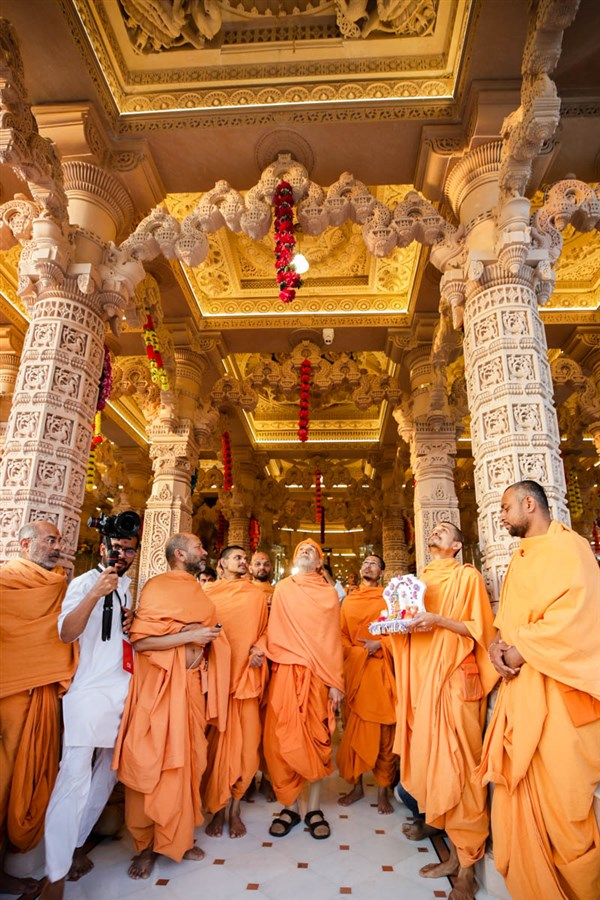 Swamishri observes ceiling carvings