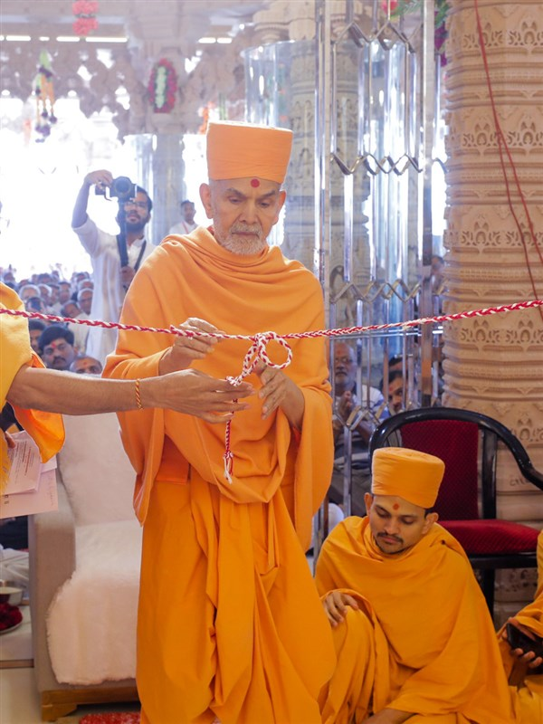 Swamishri unties the nadachhadi to inaugurate new BAPS Shri Swaminarayan Mandir, Dhule