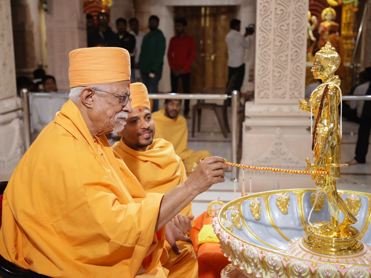Pujya Doctor Swami performs the murti-pratishtha rituals