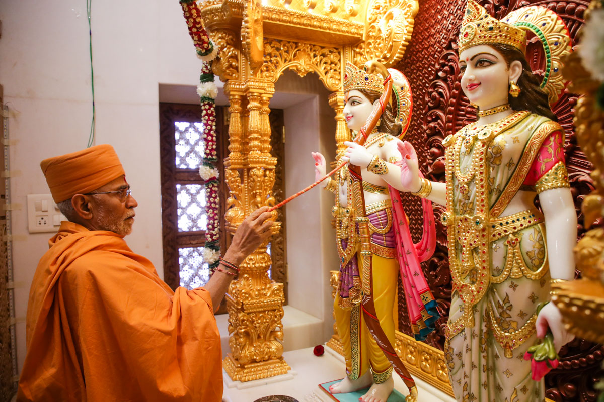 Gnanpriya Swami performs the murti-pratishtha rituals