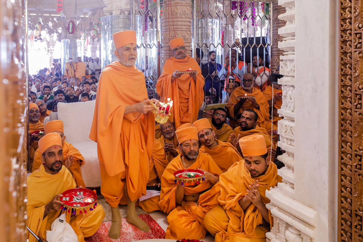 Swamishri, sadhus and devotees perform the arti