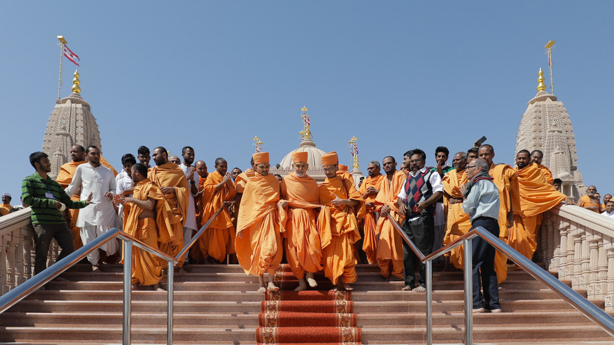 Swamishri descends the mandir steps