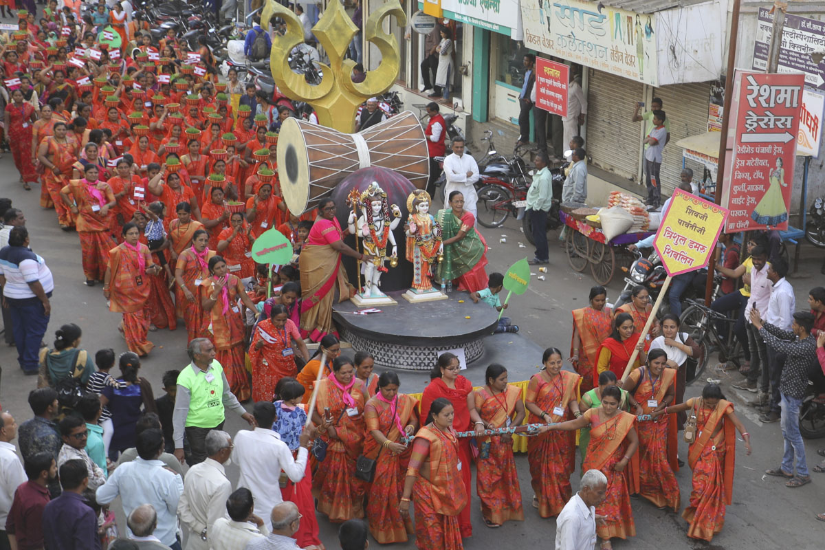 Women devotees pull the murtis of Shri Shiv-Parvati Dev in a decorated chariot