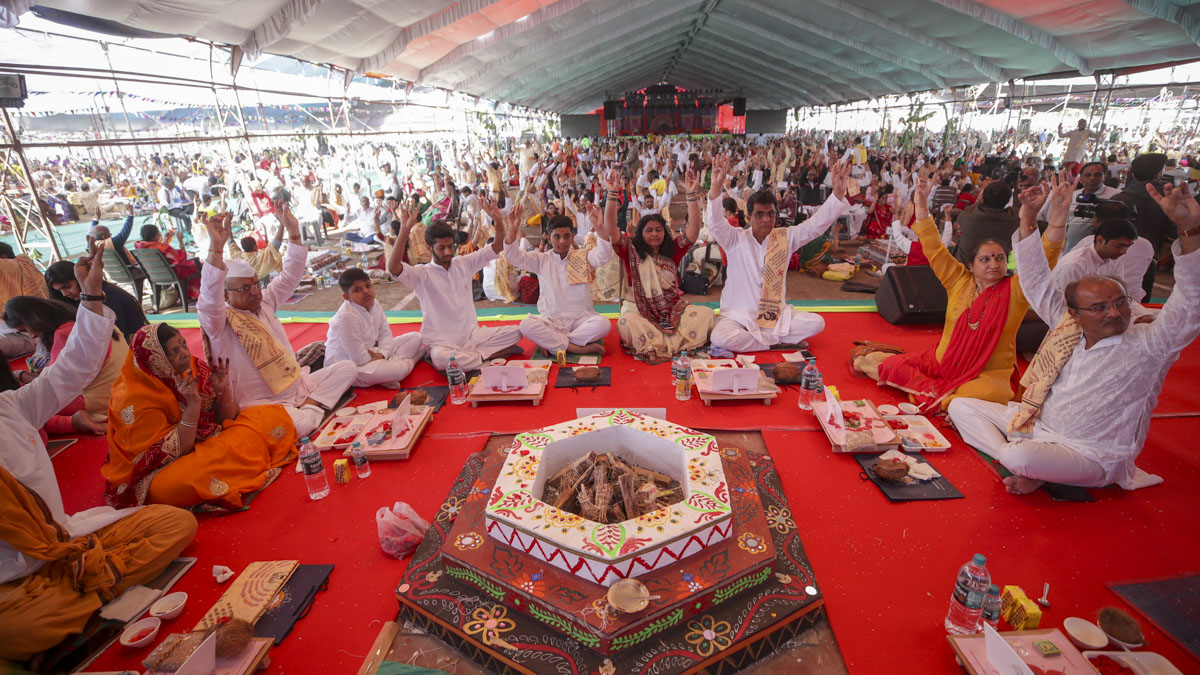 Devotees perform the yagna rituals