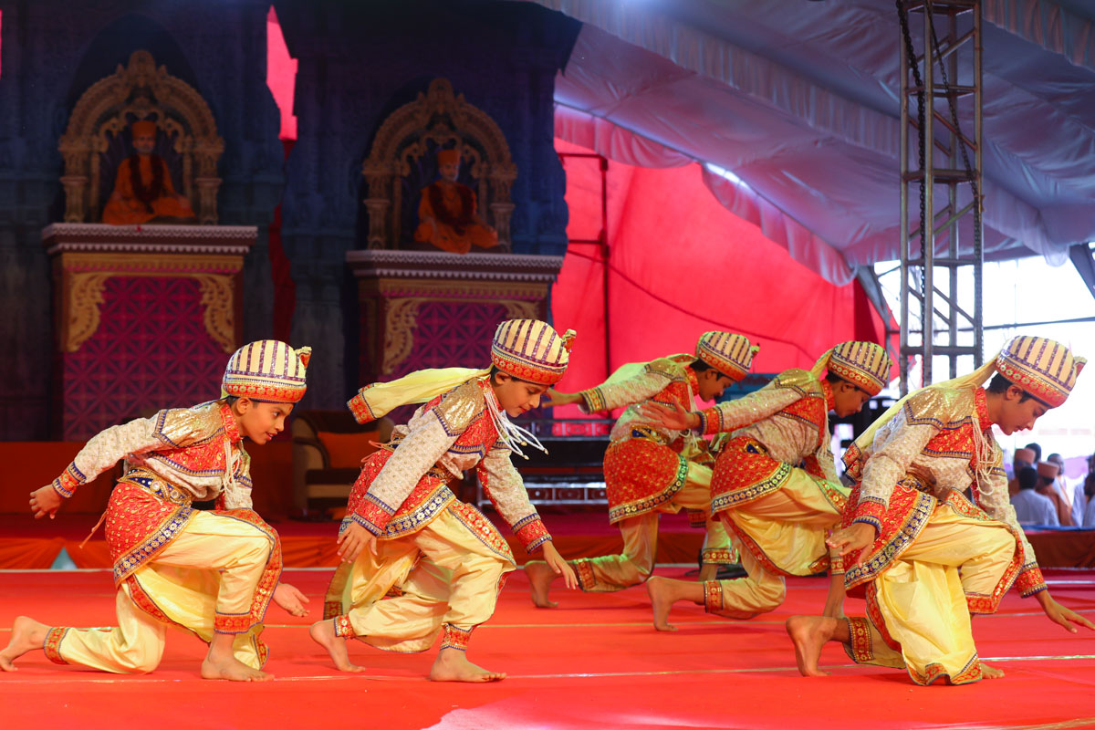 Children perform a traditional dance in the murti-pratishtha assembly
