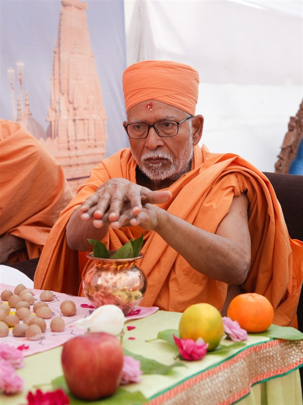 Pujya Kothari Swami performs the mahapuja rituals