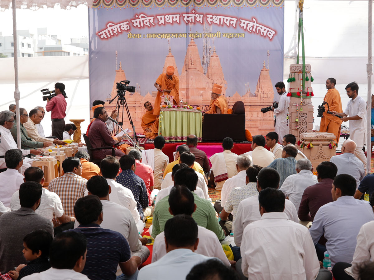 Pujya Kothari Swami and devotees perform the mahapuja rituals