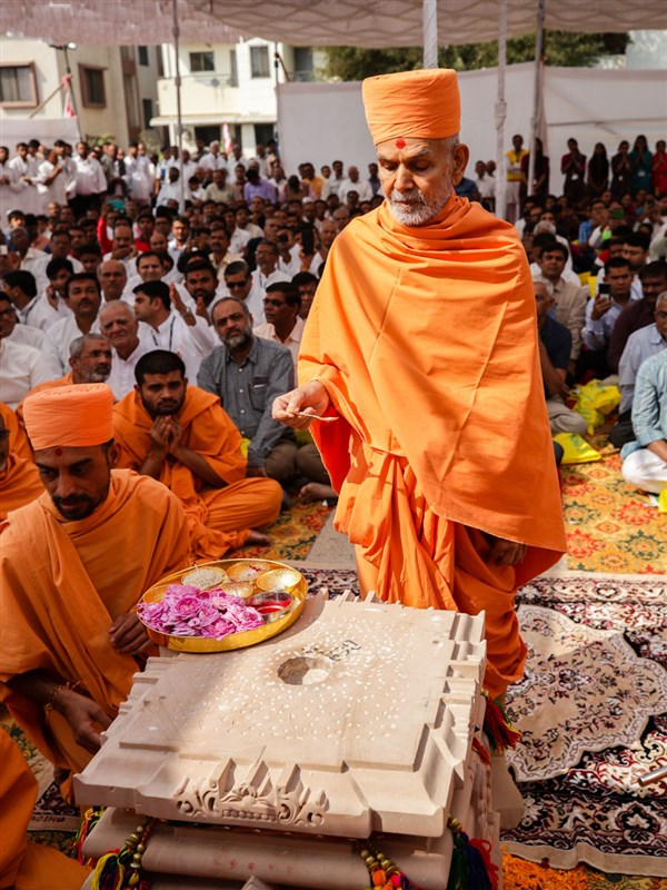 Swamishri performs mahapuja rituals of first pillar