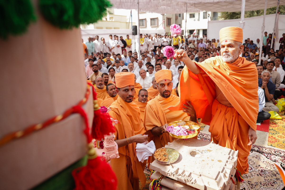 Swamishri sanctifies the mandir's first pillar