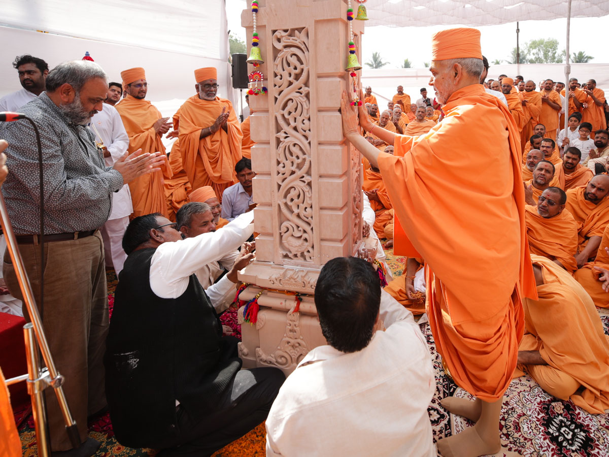 Swamishri sanctifies and places the first pillar