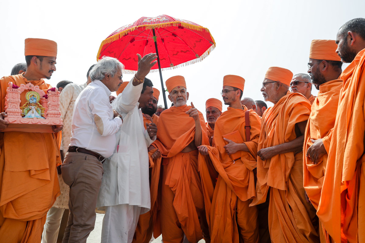 Swamishri observes the mandir construction