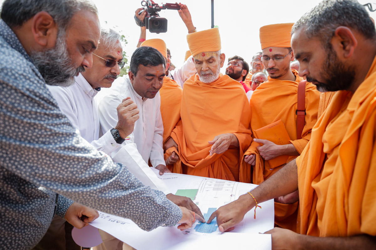 Swamishri views the mandir plan