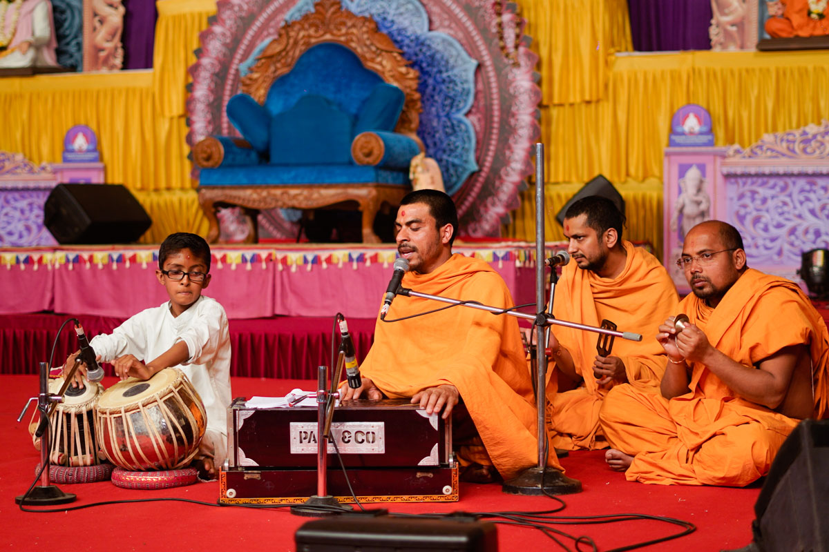 Sadhus sing kirtans in the evening satsang assembly