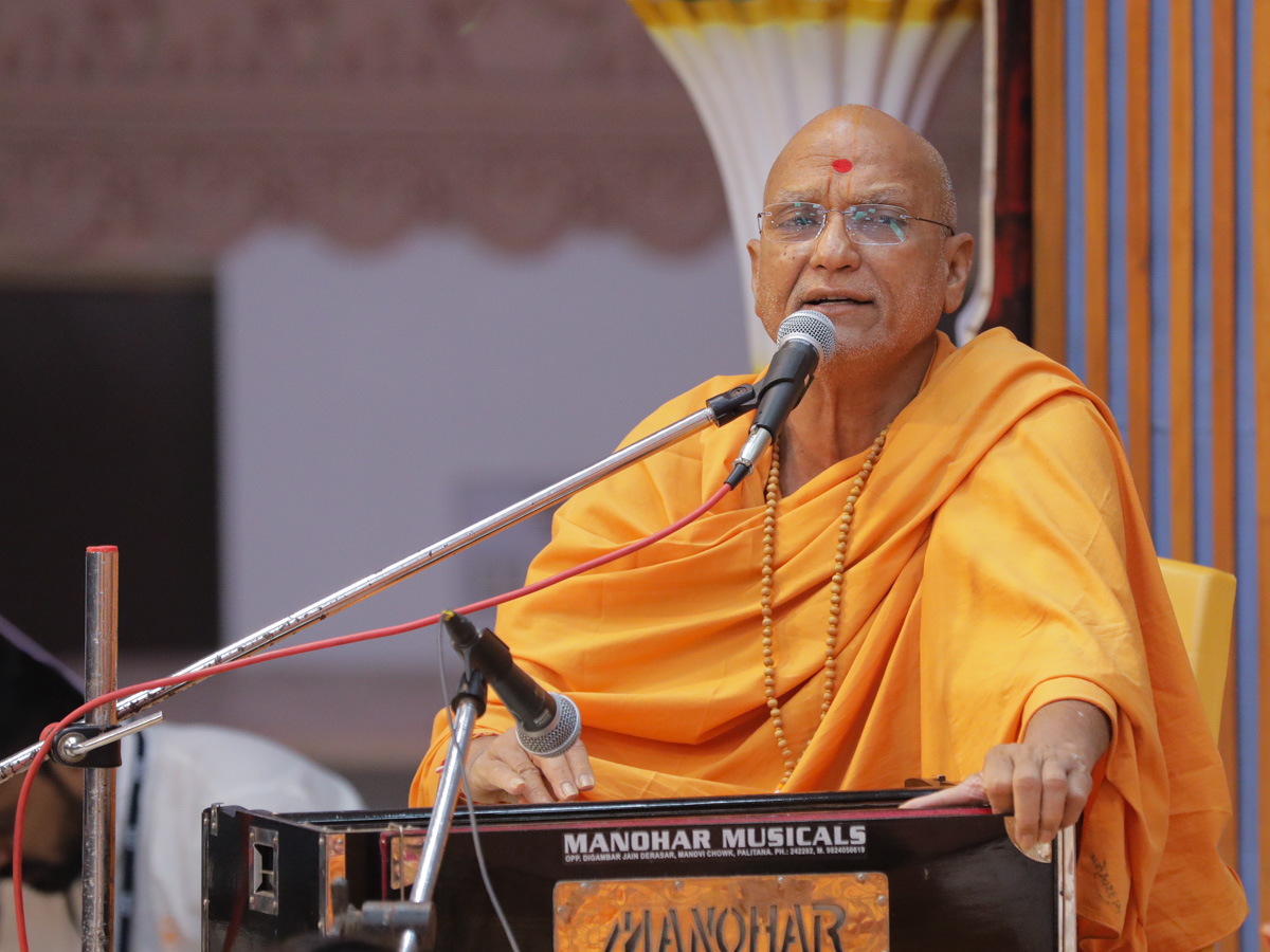 Yagneshwar Swami sings kirtans in Swamishri's morning puja