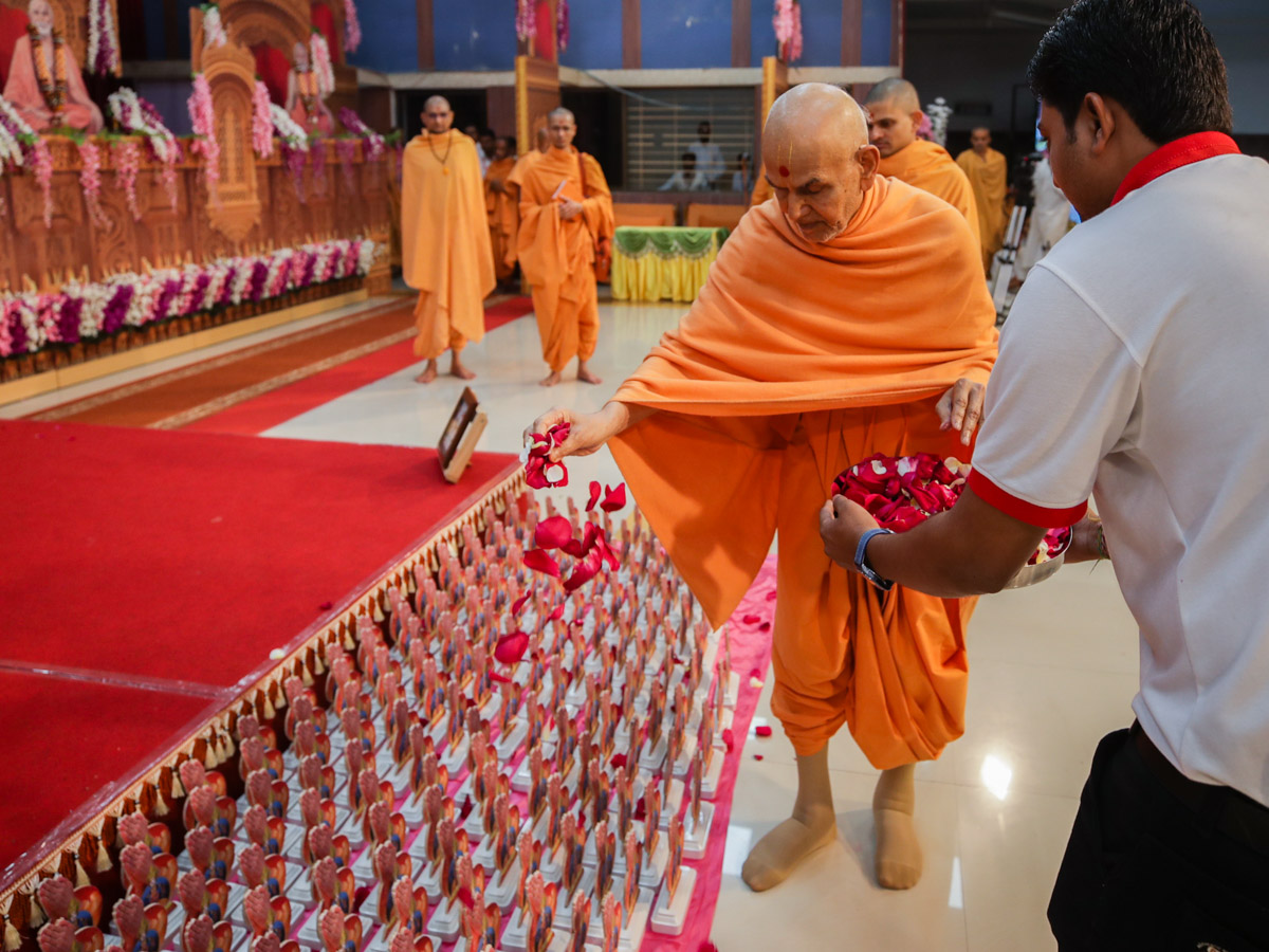 Swamishri sanctifies mementos