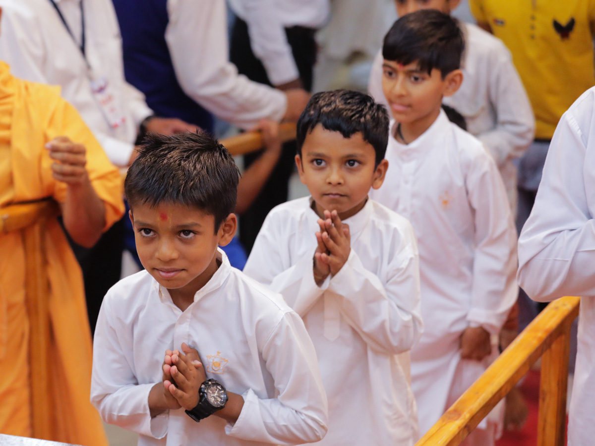 Children doing samip darshan of Swamishri