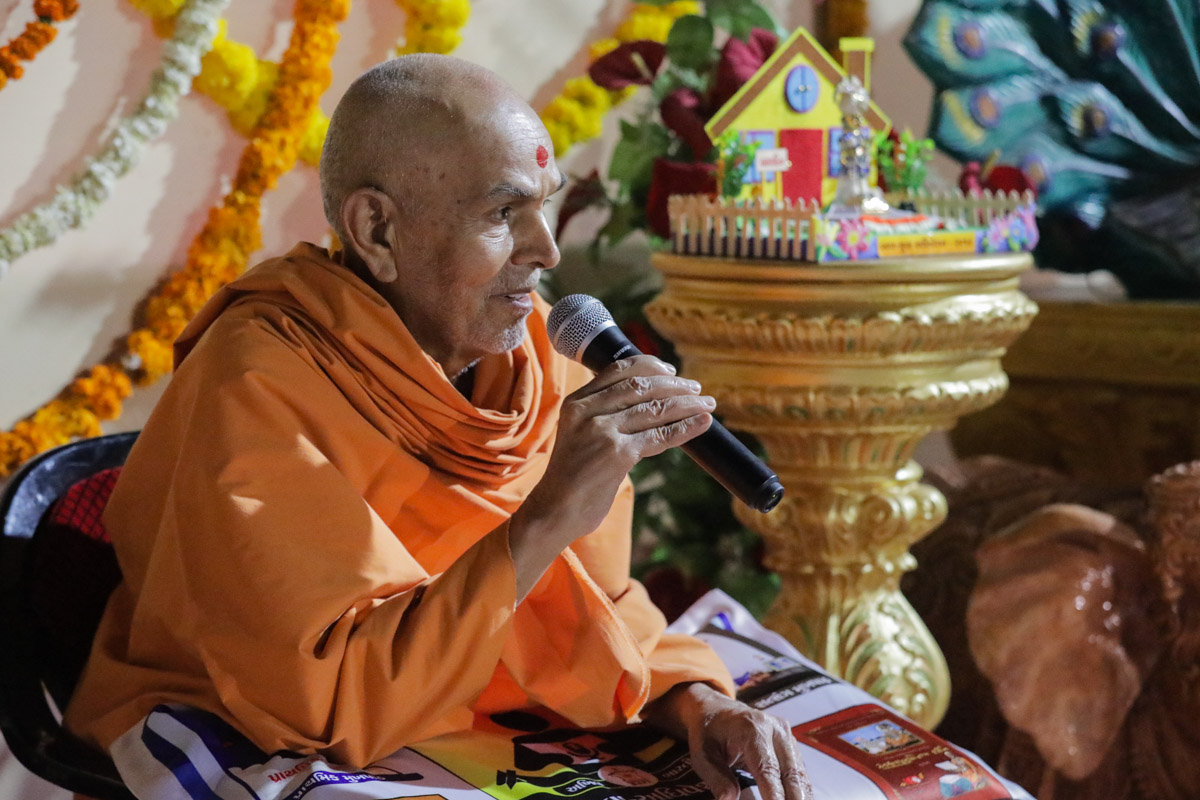 Swamishri gives vartman to devotees
