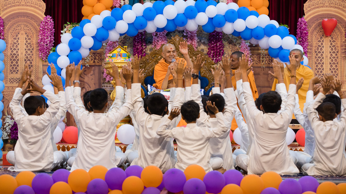 Swamishri conducts an activity with the children