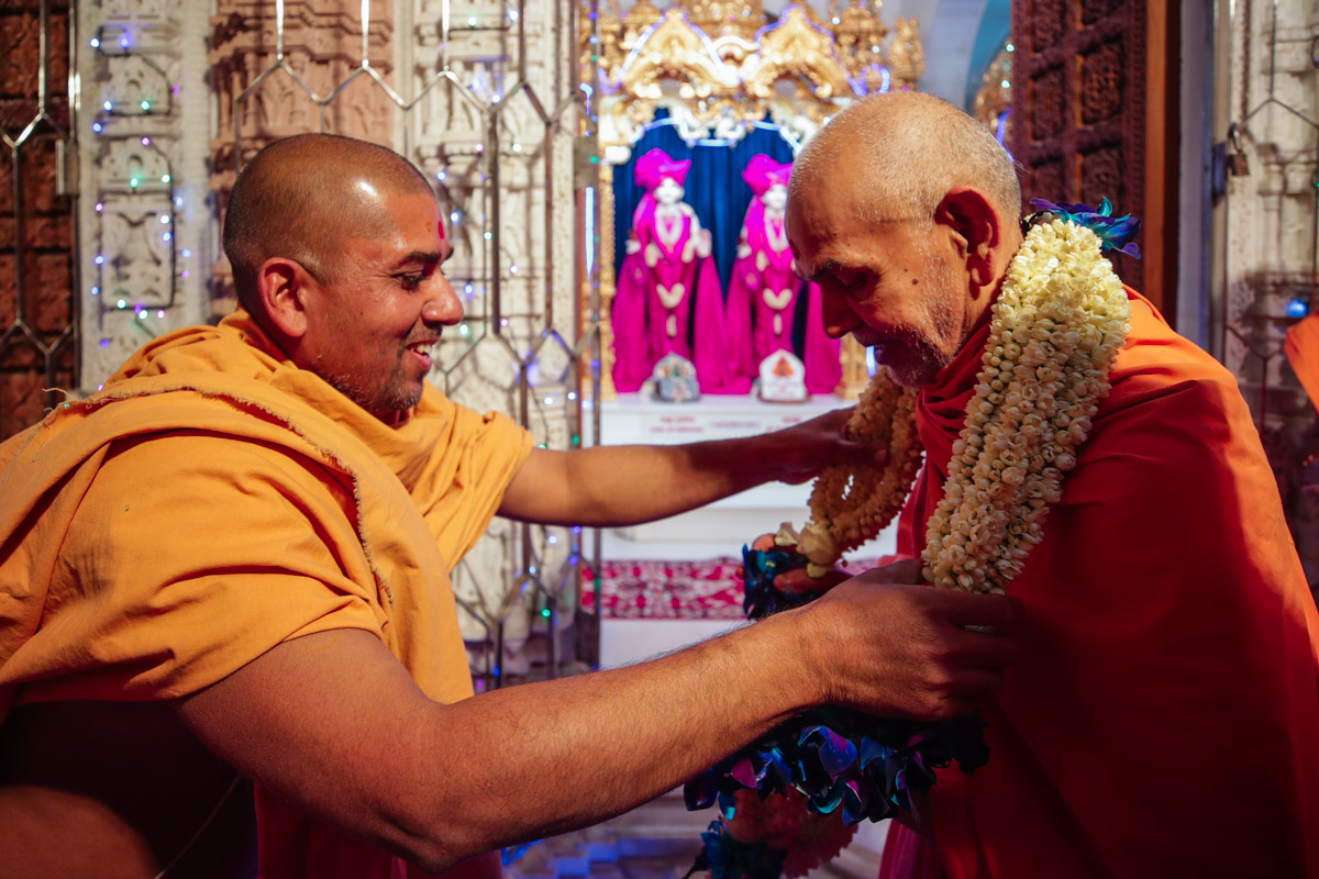 Swamishri welcomed with a sanctified garland