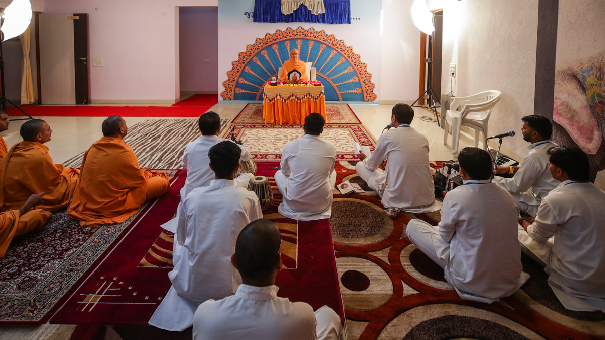 Sadhus and youths doing Swamishri's puja darshan