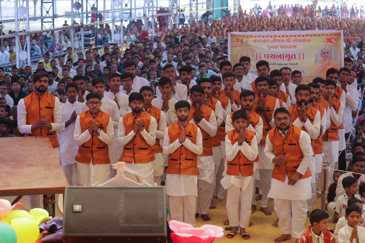 Youths who pilgrimaged by foot from Valsad to Silvassa doing darshan of Swamishri