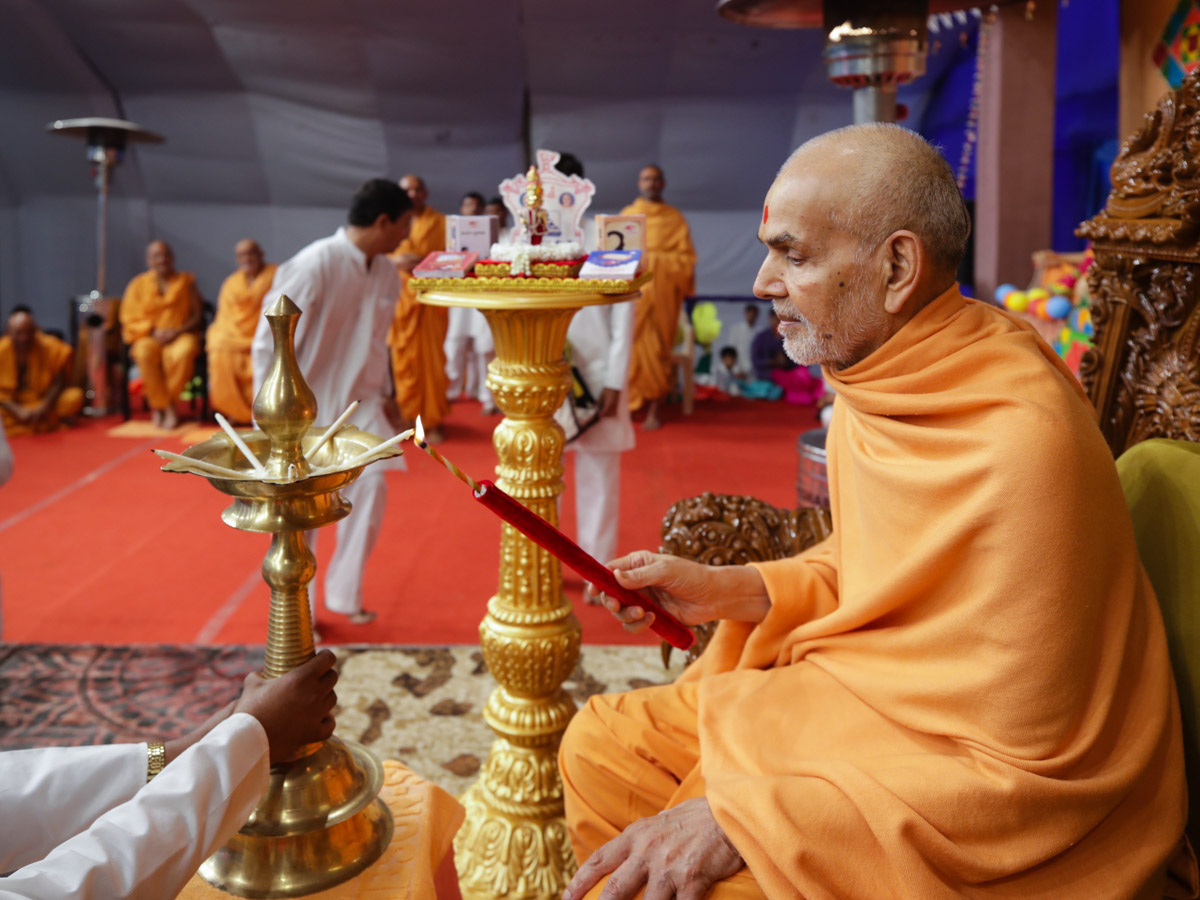 Swamishri lights the divo to inaugurate the local Bal Adhiveshan