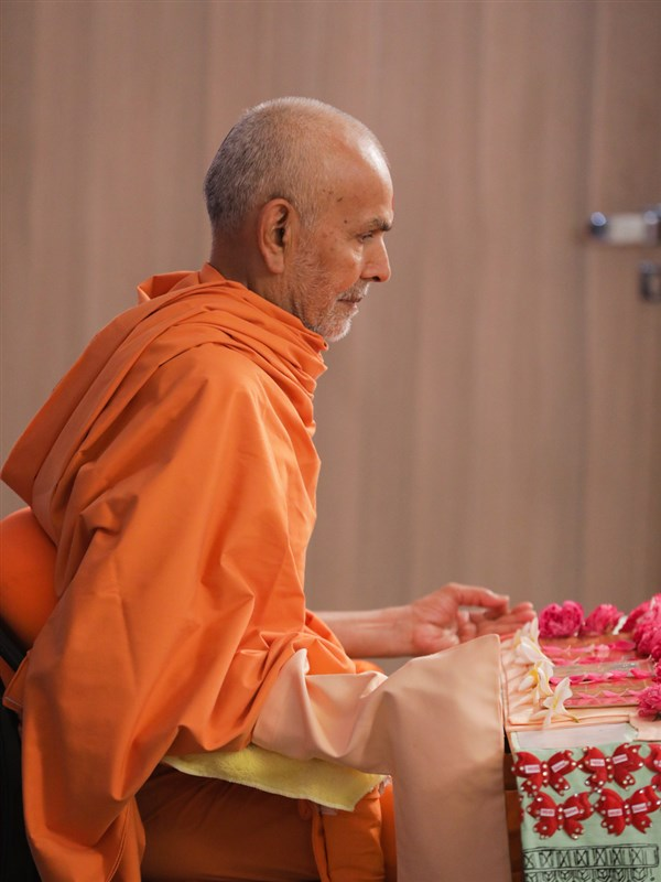 Swamishri engrossed in his daily puja