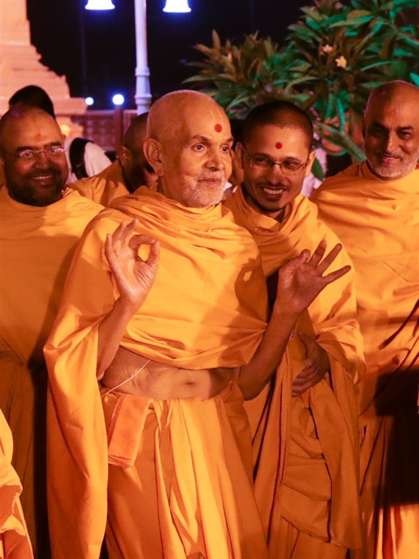 Swamishri shares a light moment with the devotees in the mandir grounds