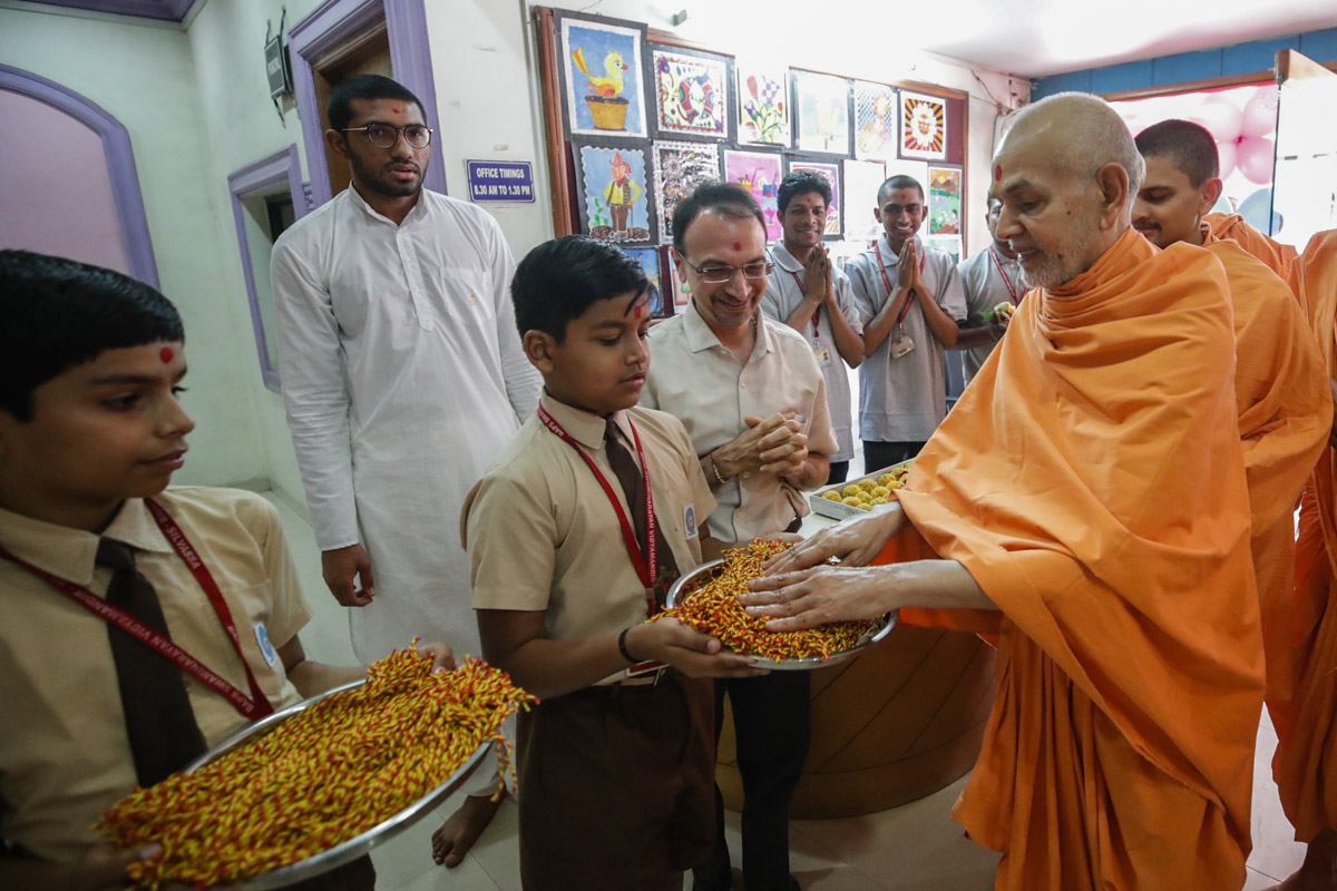 Swamishri sanctifies nadachhadis for the students