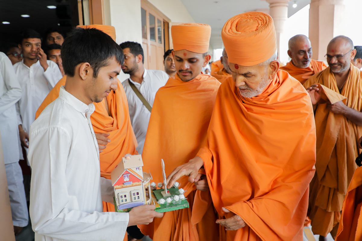 Swamishri sanctifies a creation by a youth