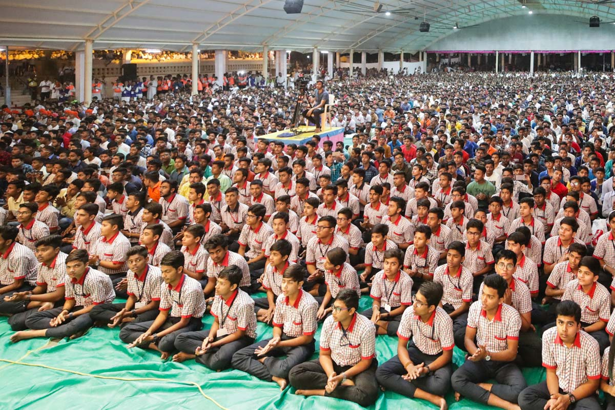Students of Swaminarayan Vidyamandir, Valsad, and devotees during the assembly