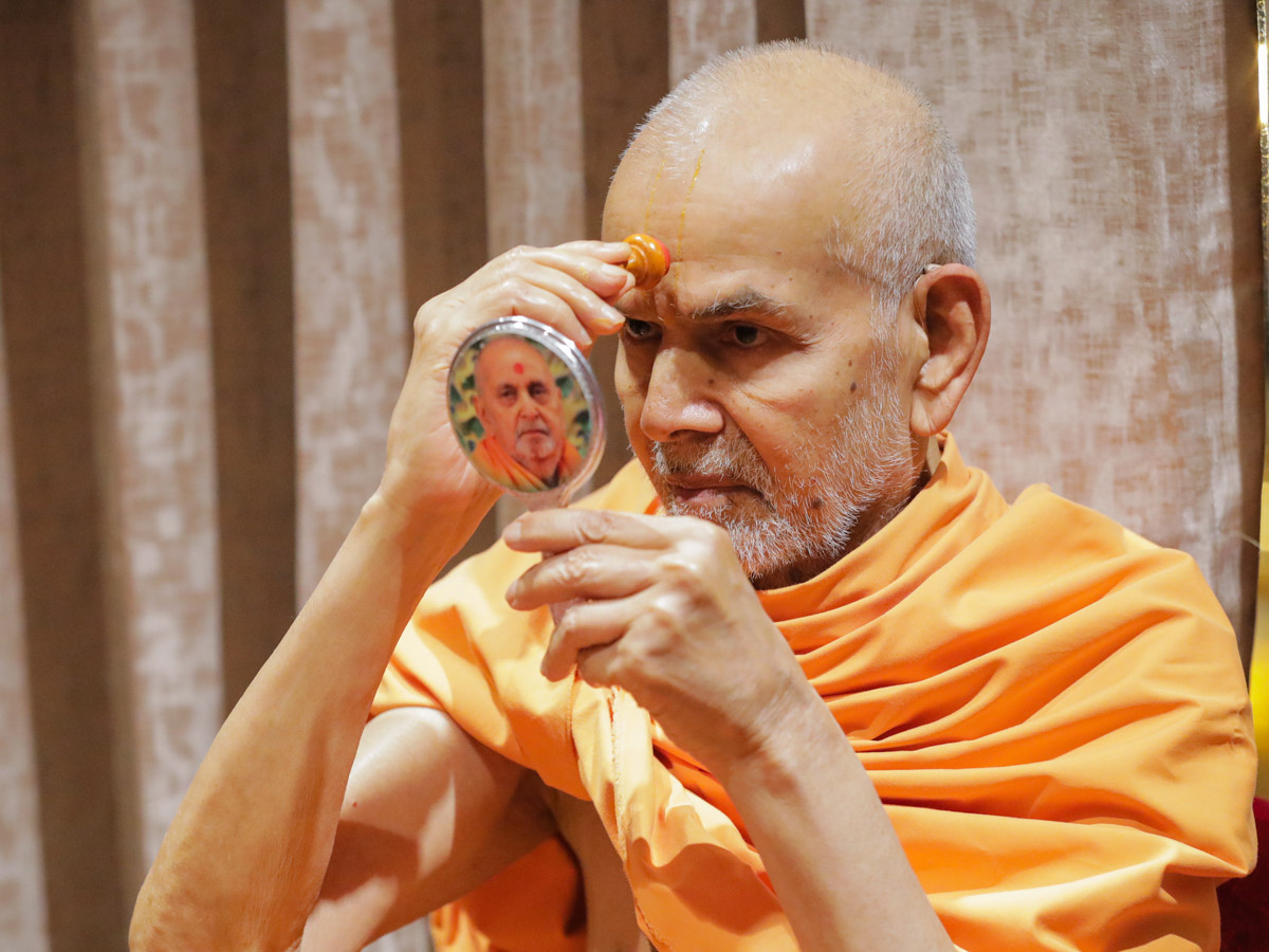 Param Pujya Mahant Swami Maharaj applies chandlo during his morning puja
