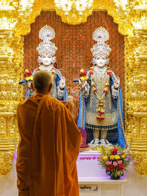 Swamishri performs the morning arti in the central shrine