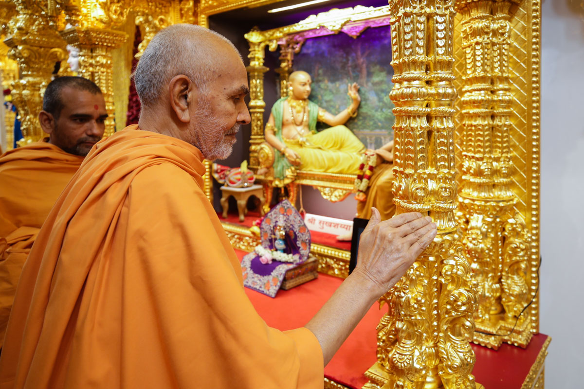 Swamishri observes the carvings of the sinhasan