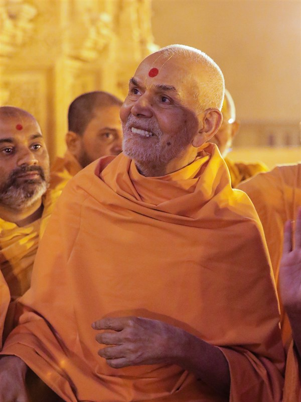 Swamishri observes the sinhasans