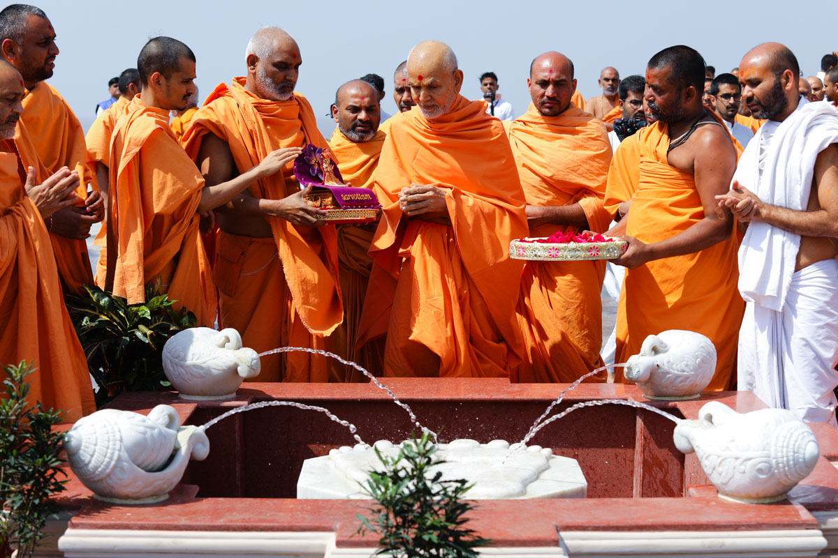 Swamishri sanctifies the holy charanarvind of Bhagwan Swaminarayan in the mandir grounds