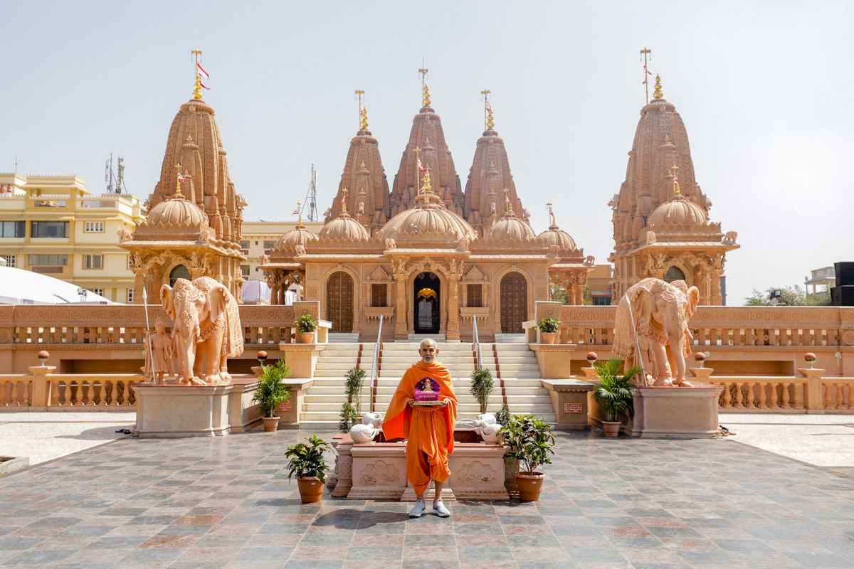 Swamishri and Shri Harikrishna Maharaj with the mandir in the background