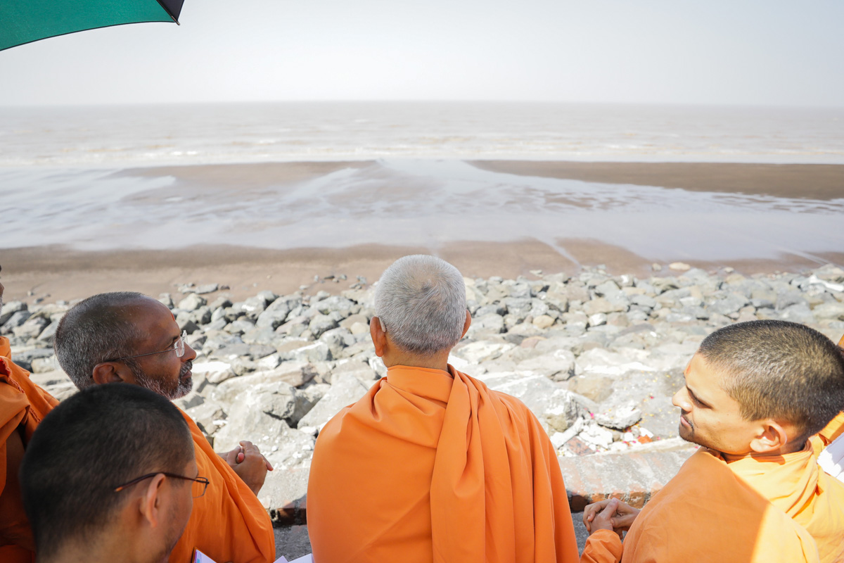 Swamishri looks out towards the Arabian Sea