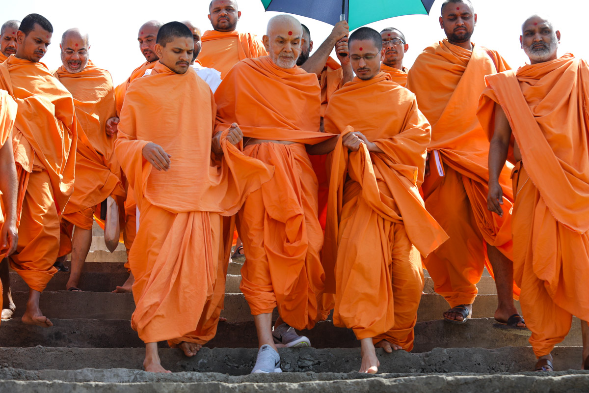 Swamishri makes his way to the beach for his afternoon walk
