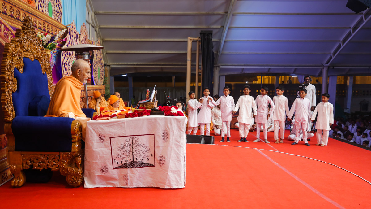 Children present during Swamishri's daily puja