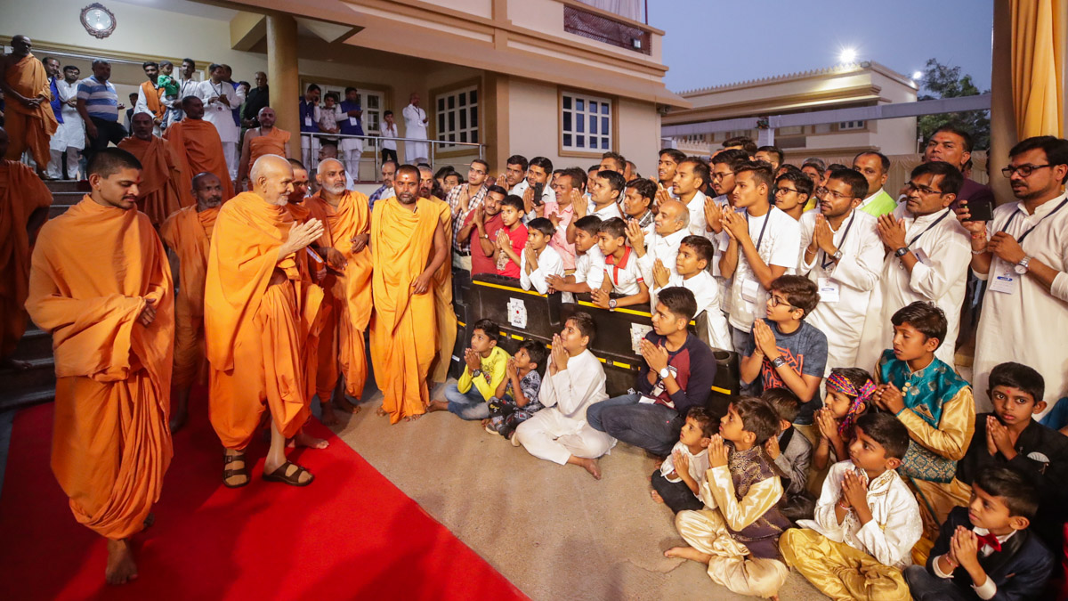 Devotees doing darshan of Swamishri in the evening