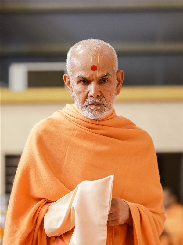 Swamishri listens to the students' recitations