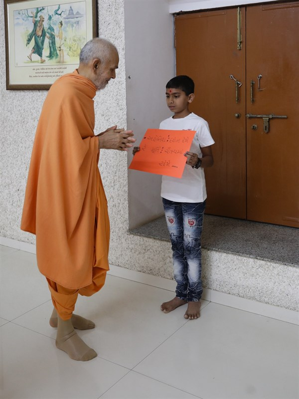 Swamishri reads a message