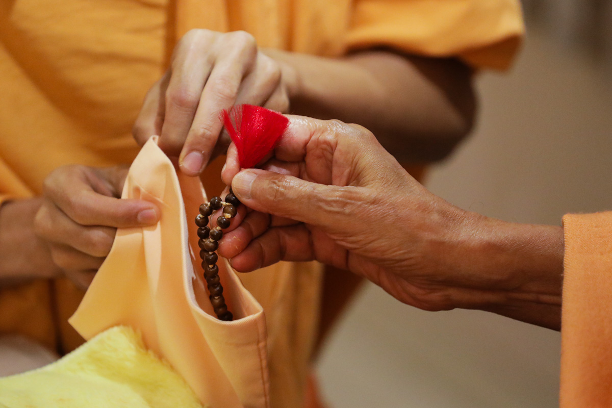 Swamishri performs mala in his daily puja