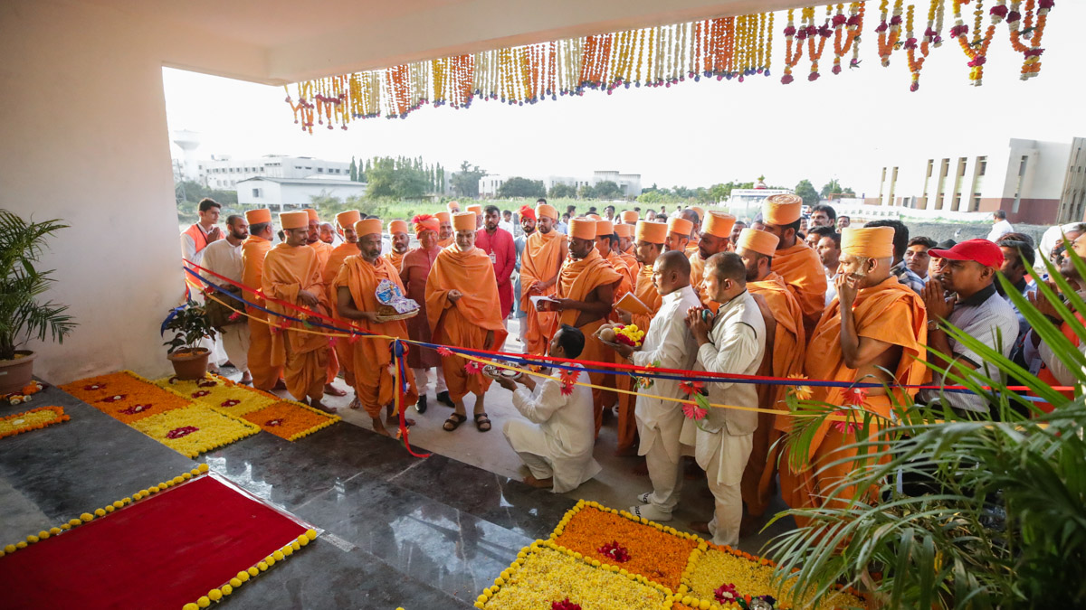 Swamishri inaugurates the new BAPS gaushala in Valsad
