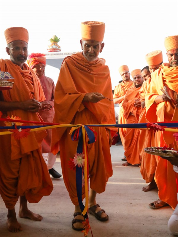 Swamishri performs the inauguration rituals