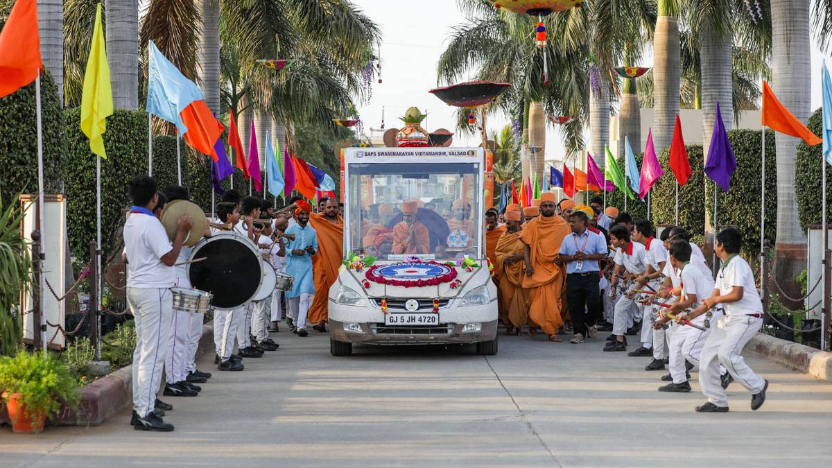 Swamishri arrives at the BAPS Swaminarayan Vidyamandir, Valsad