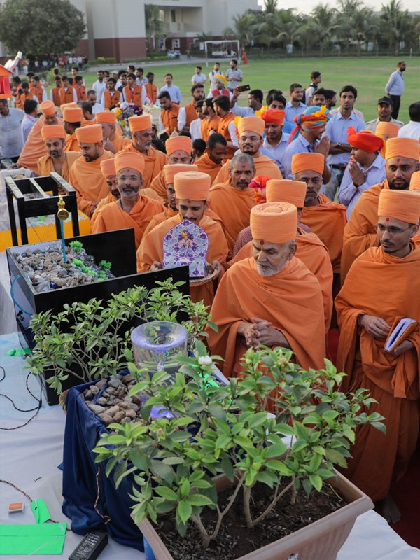 Swamishri observes creations by the students